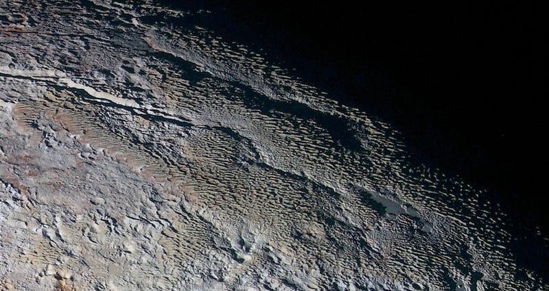 Illustration for article titled La NASA publica las imágenes a color de Plutón más detalladas en la historia