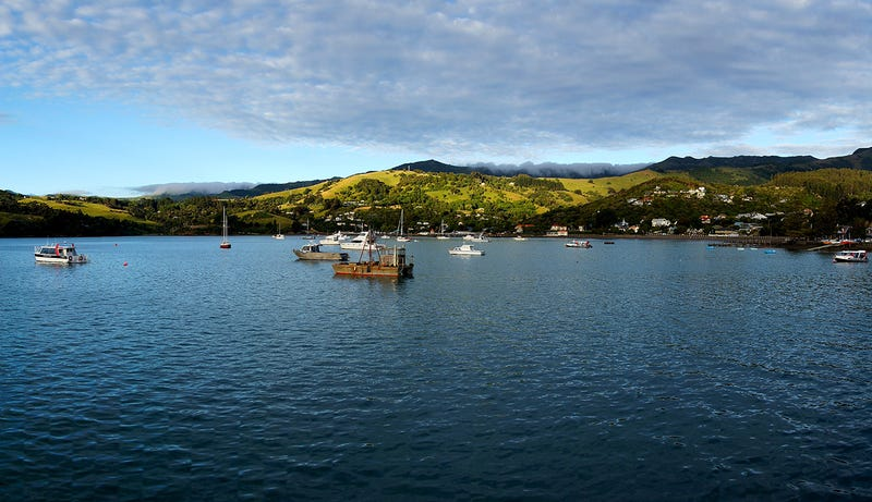 Akaroa, en Nueva Zelanda. Desde luego no le falta encanto como refugio en caso de apocalipsis. Foto: Bernard Spragg. NZ