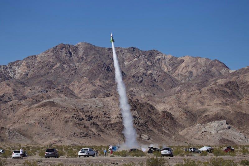 """Después de meses de demora, el """"Loco"""" Mike Hughes por fin despega en su cohete casero"""