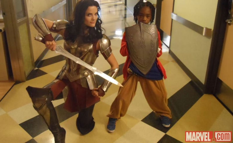 Illustration for article titled Thor Actor Visits Kid's Hospital. In Armor.