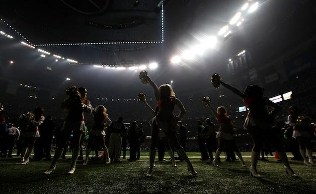 Power outage stops game at Super Bowl XLVII