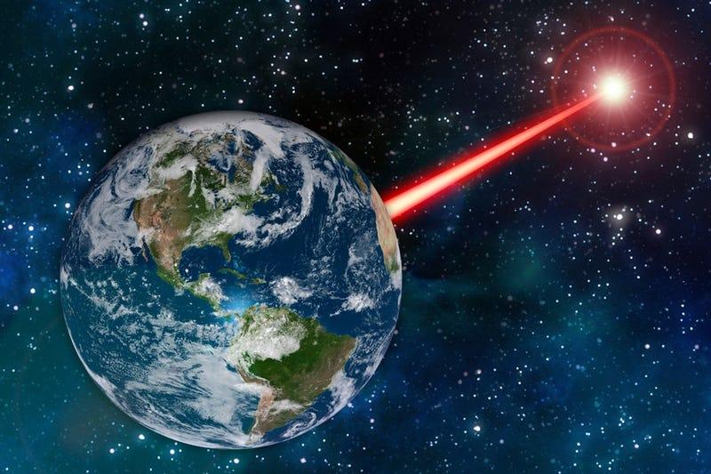 """Illustration for article titled El MIT tiene un plan para contactar con posible vida extraterrestre: convertir la Tierra en un """"faro"""" láser interestelar"""