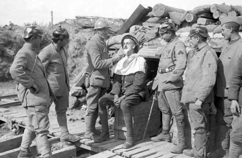 Soldados aliados afeitándose durante la Primera Guerra Mundial