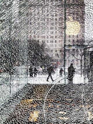 Illustration for article titled Snowblower turns Fifth Avenue Apple Store glass into beautiful painting