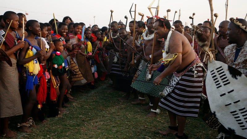 El rey de la antigua Suazilandia, Mswati III, segundo desde la derecha, baila durante una celebración anual que reúne a todas las jóvenes solteras del país
