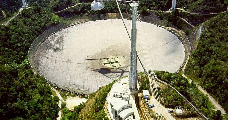 Foto: Vista aérea del radiotelescopio de Arecibo, vía Wikimedia.