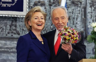 Illustration for article titled Hillary & Shimon Have (Floral) Designs On Something