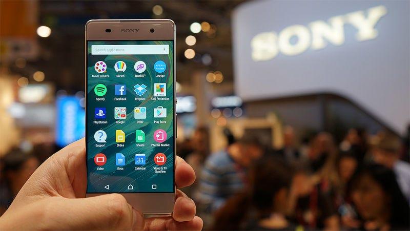 Illustration for article titled Sony patenta un método de carga inalámbrica que permite a un smartphone absorber energía de otro móvil