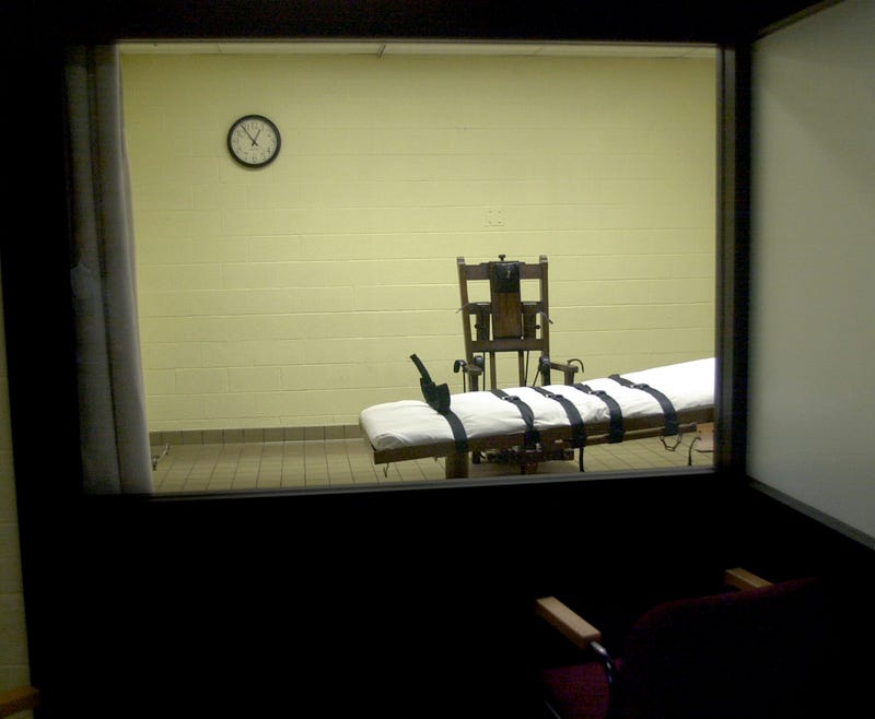 A view of the death chamber from the witness room at the Southern Ohio Correctional Facility shows an electric chair and gurney Aug. 29, 2001, in Lucasville, Ohio. (Mike Simons/Getty Images)