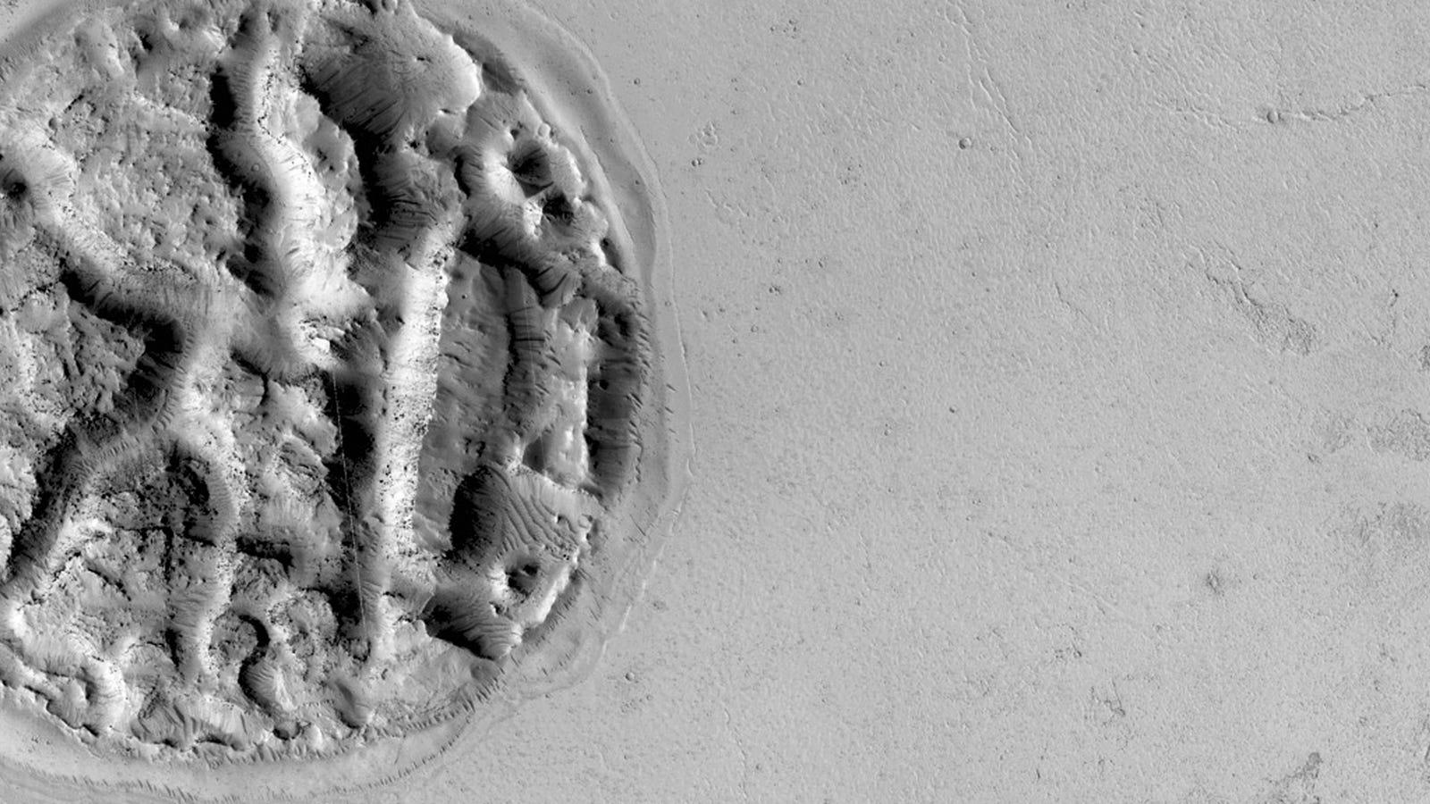 ¿Qué es esta extraña forma circular de 2 km fotografiada en Marte?