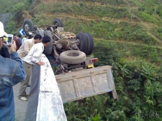 Illustration for article titled Scary Chinese Truck Crash Taunts Laws Of Gravity