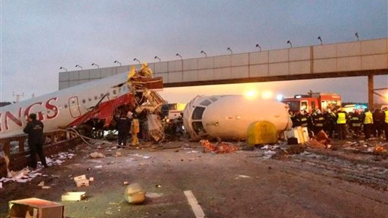 Illustration for article titled Russian Plane Crashes Into Highway After Failed Landing