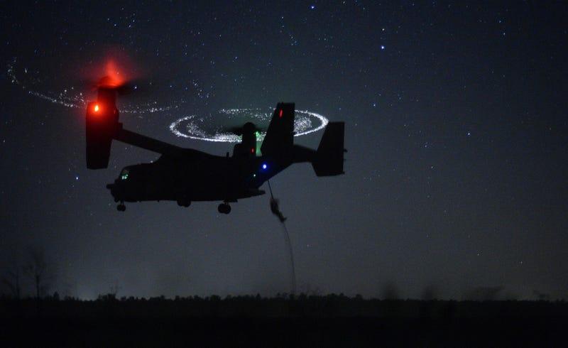 Illustration for article titled El aterrizaje nocturno de un avión V-22 Osprey parece sobrenatural