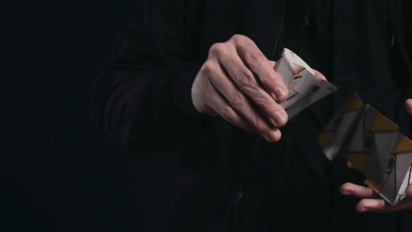 Ni siquiera la cámara lenta te ayudará a descifrar cómo mueve las cartas un ilusionista