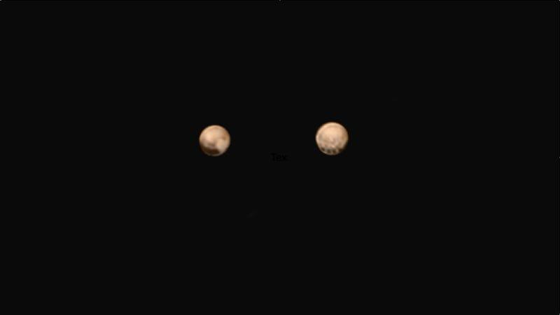 Illustration for article titled Nuevas imágenes en color de Plutón muestran sorprendentes puntos oscuros