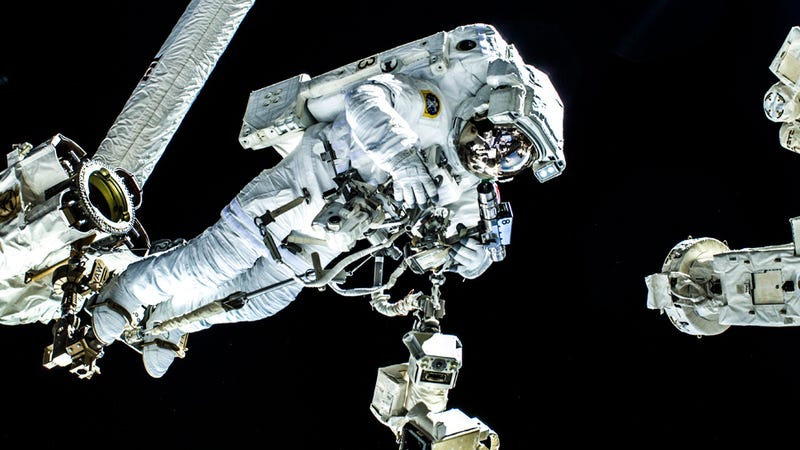 Illustration for article titled Helmet Leak Forces ISS Astronauts to Abort Spacewalk
