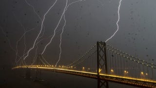 Illustration for article titled An Unbelievable Picture of Eight Lightning Bolts Striking San Francisco at the Same Time (Updating)