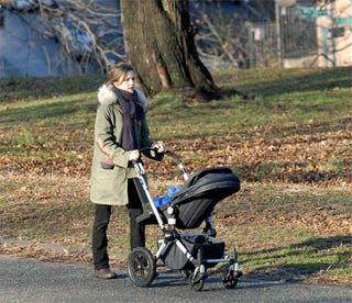 Illustration for article titled Keri Russell Takes Solo Stroll With Son