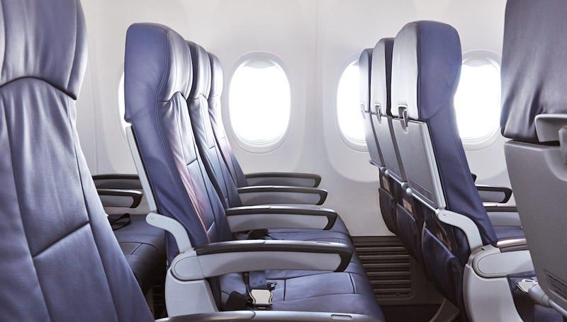 Esto es lo que debes hacer si el de atrás no quiere que reclines tu asiento en pleno vuelo