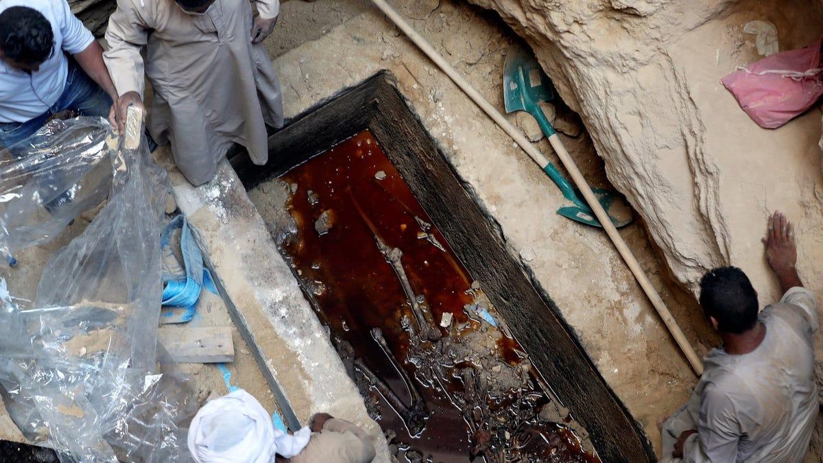 gizmodo.com - Miguel Jorge - Encuentran 3 momias en el sarcófago bajo la ciudad de Alejandría
