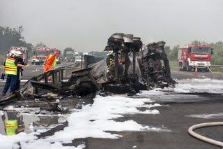 Illustration for article titled Megolvadt az aszfalt is – elképesztő baleset volt ma az M7-esen