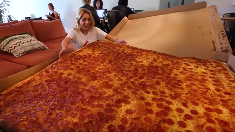 """Illustration for article titled All hail the """"Giant Sicilian,"""" the world's largest deliverable pizza"""