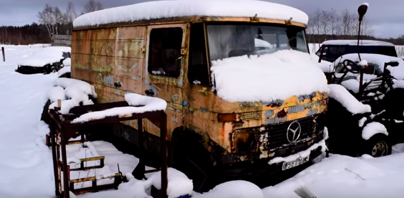 An abandoned Mercedes 407D that really couldn't possibly fire up. Right? Photo: Flexiny/YouTube