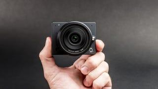 Illustration for article titled Esta es la cámara 4K más pequeña del mundo con objetivo intercambiable