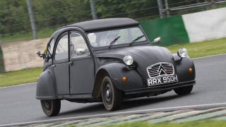 Illustration for article titled A Citroen 2CV Is Silly Fun With 95 HP And A Lunatic Behind The Wheel