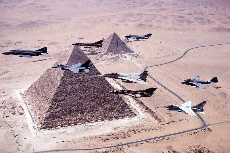 Illustration for article titled Impressive 1980s photo of old jet fighters flying over Giza's pyramids