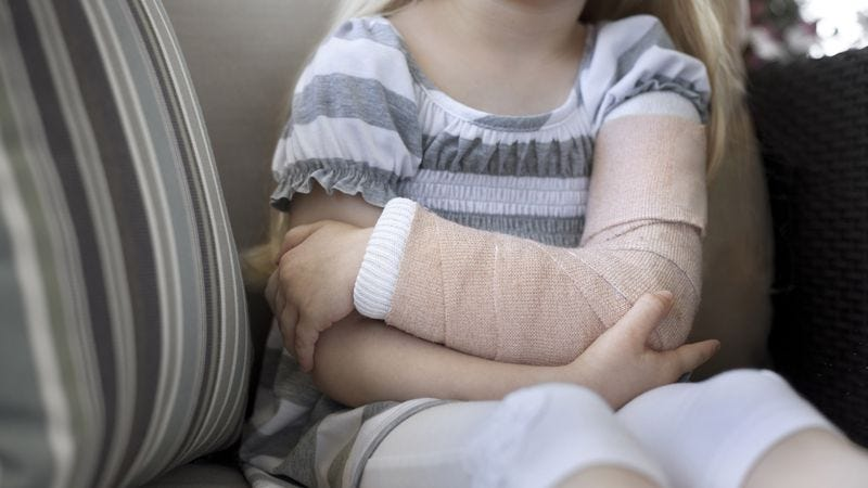 Illustration for article titled 10 Adorable Pictures Of Little Kids In Casts That Will Make You Wish More Children Broke Bones