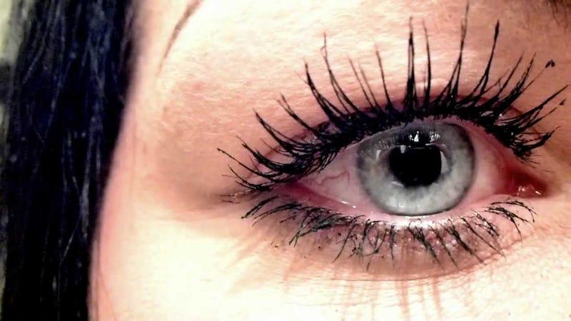 Illustration for article titled Este es el espantoso resultado de una mujer que durmió más de 25 años con maquillaje en los ojos