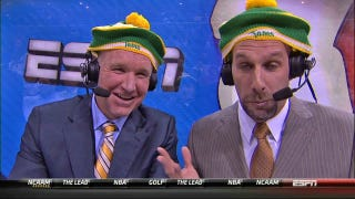 Illustration for article titled Chris Mullin And Dan Shulman Tried On Memphis Tams Hats, Looked Ridiculous