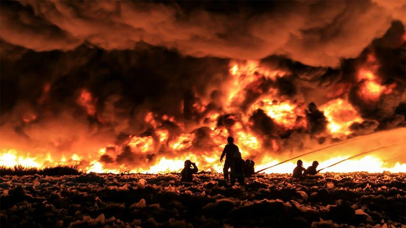 Illustration for article titled Stunning Photos: Raging Fire Fed by 55,000 Tons of Plastic and Paper
