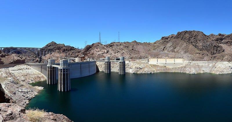 El lago Mead, formado por la presa Hoover (al fondo). Foto: Wikipedia