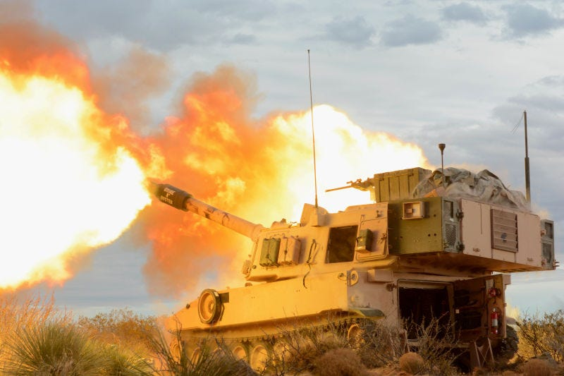 El cañón de artillería de un M109 Paladin