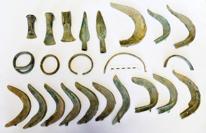 Illustration for article titled Sale a pasear con su perro y desentierra una urna con artefactos de bronce de hace 3.000 años