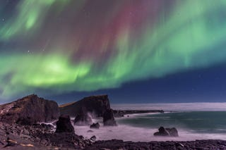 Illustration for article titled Coastal Iceland Is Even More Dramatic Under Dancing Aurora