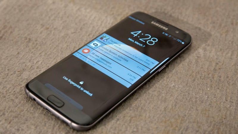 Con la retirada definitiva del Note 7, el Galaxy S7 edge queda como flagship de Samsung. Imagen: Alex Cranz / Gizmodo