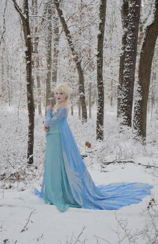 Illustration for article titled Whoa, check out this Elsa from Frozen cosplay.
