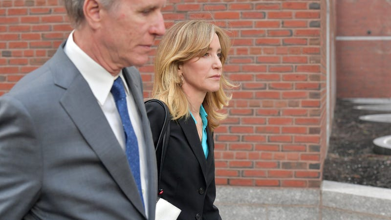 Illustration for article titled Prosecutors Want to Send Felicity Huffman to Jail for Trying to Cheat Daughter's Way Into College
