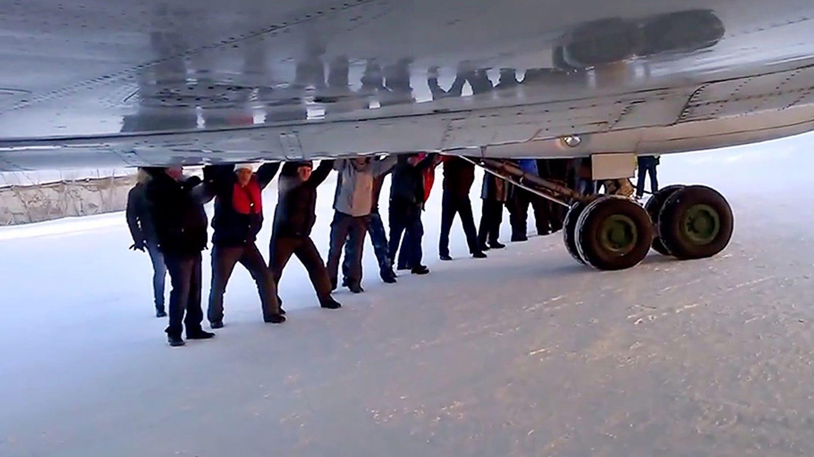 Así arrancan en Siberia un avión averiado de 30 toneladas: empujando
