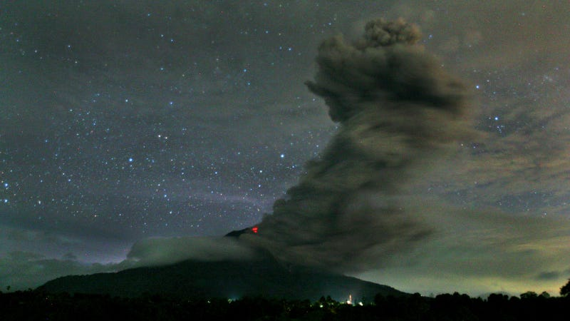 Illustration for article titled Rocks rain over Sumatra as terrible volcano keeps erupting