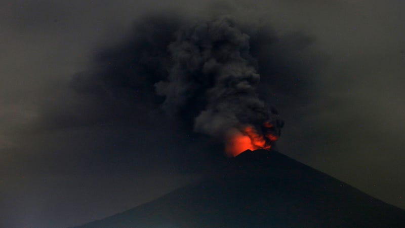 A view of Mount Agung volcano erupting on Monday. Indonesia authorities raised the alert for the rumbling volcano to the highest level. Photo: AP