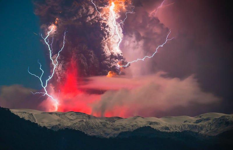 Las asombrosas fotos de una erupción volcánica con relámpagos en Chile