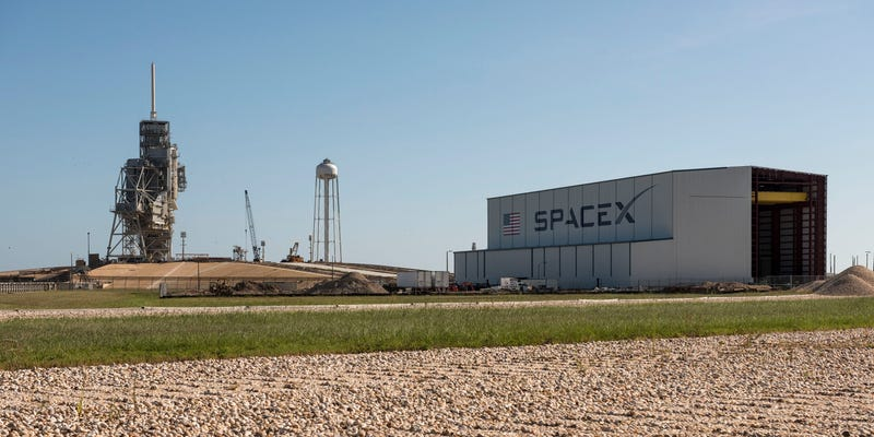 Illustration for article titled SpaceX's New Hangar Is Looking Good