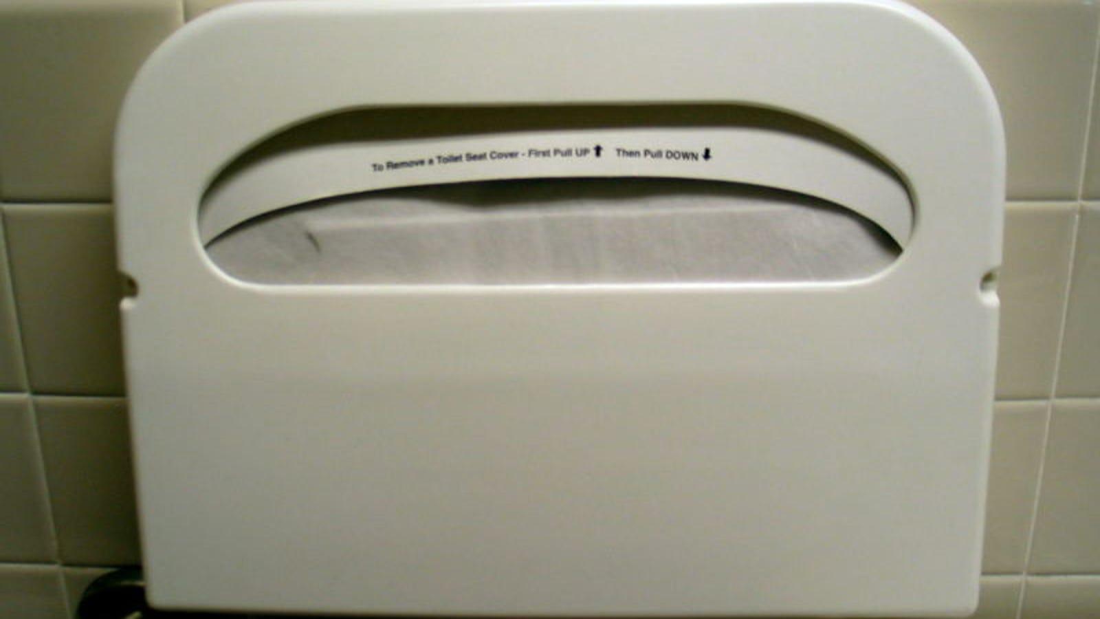 Probablemente estés usando mal el protector de papel que tienen en algunos baños públicos