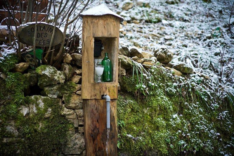 Illustration for article titled Por qué hay botellas de absenta ocultas en los bosques suizos