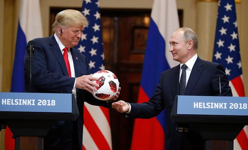 Illustration for article titled El balón que Putin regaló a Trump tiene un chip oculto en su interior, pero no es lo que piensas (o sí)