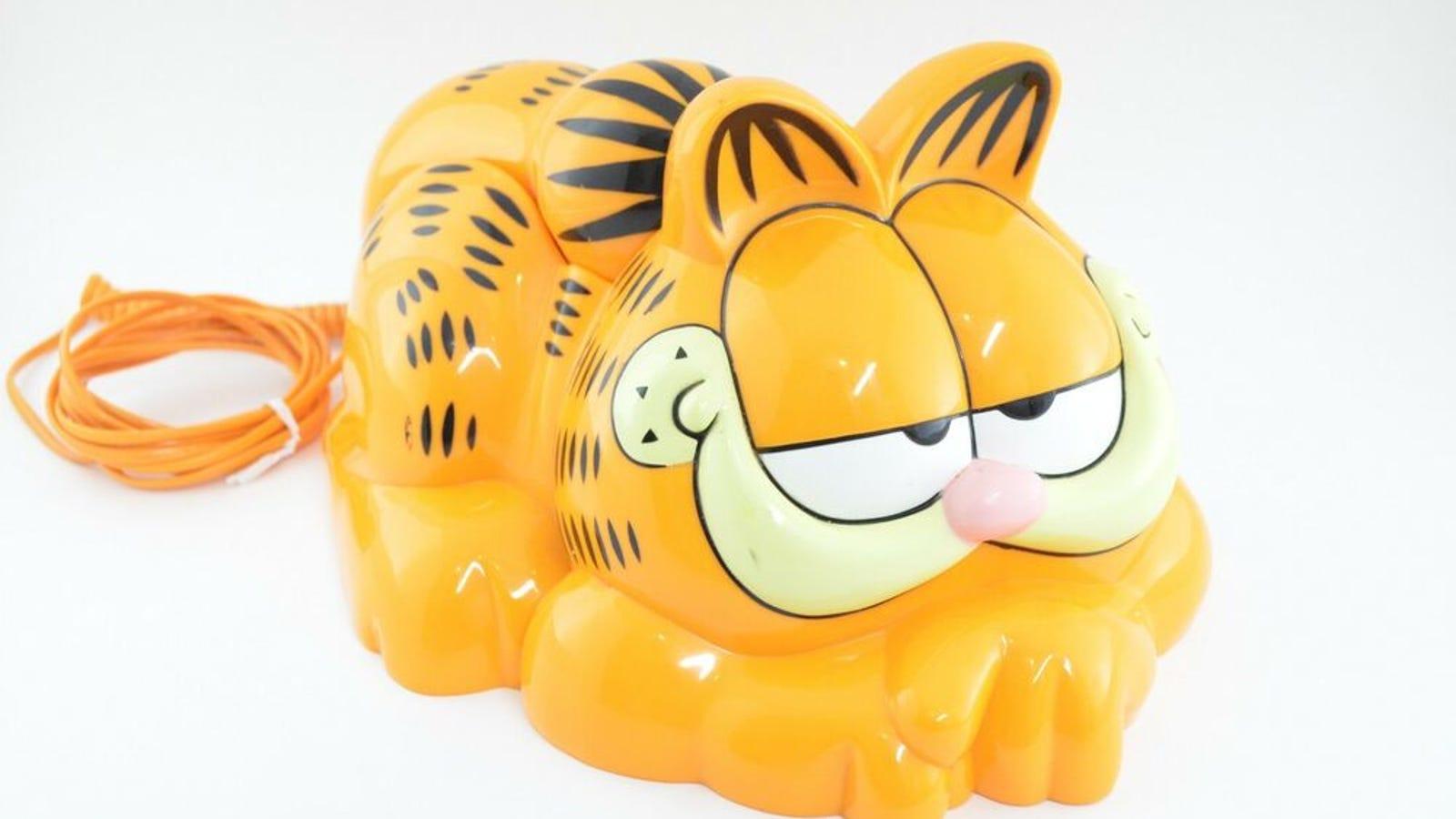 Cada año llegan a esta playa decenas de teléfonos con forma de Garfield, y ahora sabemos por qué